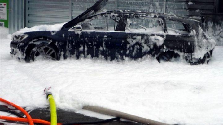 Es ist nicht sehr sinnvoll, Kraftstoff mit einem Staubsauger aus einem Auto zu pumpen.  In Deutschland brannte deshalb ein Auto.