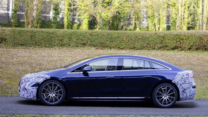 Der Mercedes-Benz EQS wurde fast ohne Tarnung fotografiert.