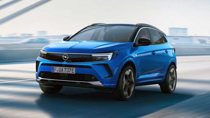 Der Opel Grandland hat ein Update erfahren, das ein neues Design, Nachtsicht und verschiedene Assistenzsysteme mitbringt.