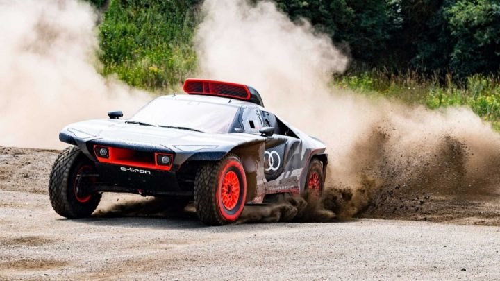 Der Audi RS Q e-tron hybrid nutzt Formel-E-Technologie.  Er wird nächstes Jahr bei der Rallye Dakar an den Start gehen.